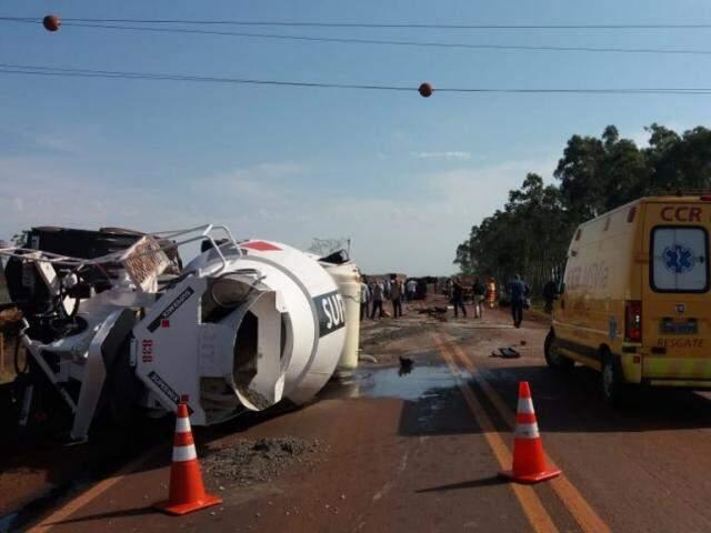 Acidente entre caminhão e caminhonete nesta manhã na BR-163, em Dourados (Foto: Osvaldo Duarte)