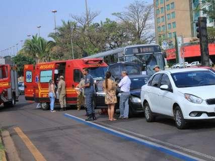 Engavetamento envolvendo três carros complica trânsito na Afonso Pena