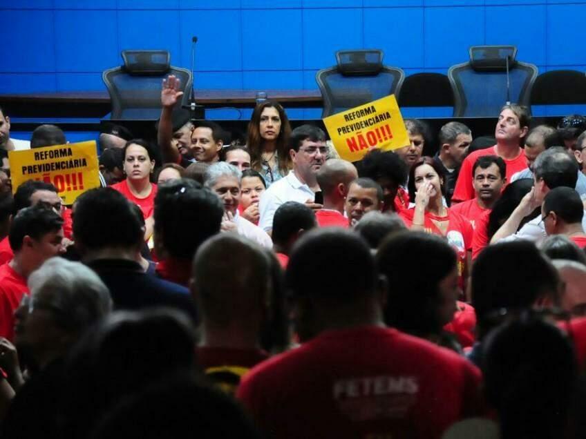 Manifestantes no plenário da ALMS (Foto: Paulo Francis)