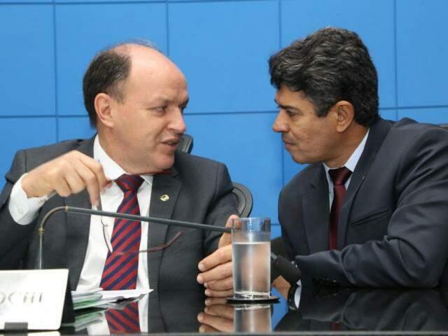 Deputados Junior Mochi (MDB) e Rinaldo Modesto (PSDB), durante sessão (Foto: Luciana Nassar/ALMS)