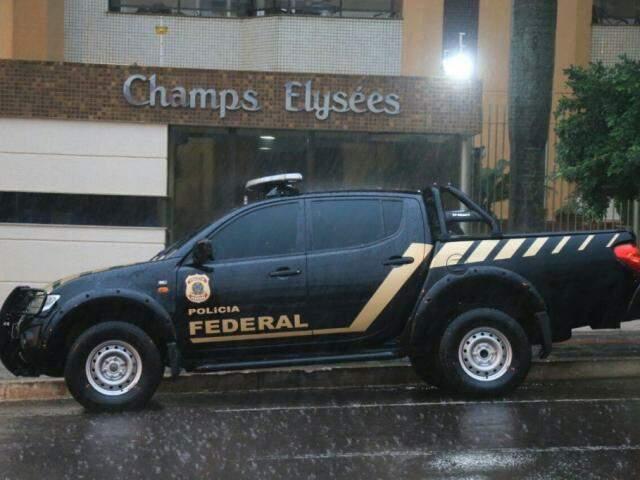 Carro da PF na frente da casa do ex-governador, em maio de 2016. (Foto: Marcos Ermínio/Arquivo).