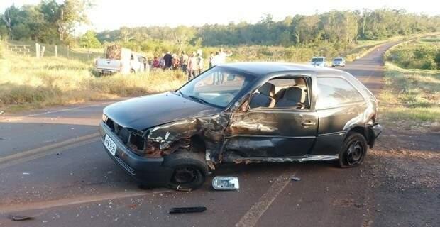 Condutor do Gol realizou conversão para entrar em estrada de terra e acabou colidindo com camionete que seguia no mesmo sentido da rodovia. (Foto: Ivi Notícias/ Divulgação)