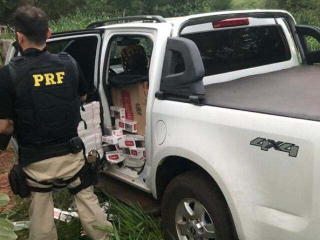 Carro estava carregado com mais de 32 mil maços de cigarros contrabandeados. (Foto: Divulgação/PRF)
