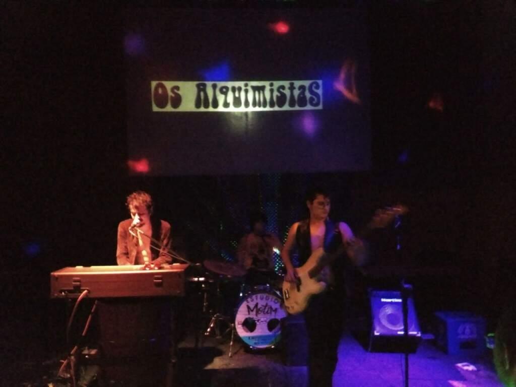 Os Alquimistas foram a segunda banda a se apresentar no evento