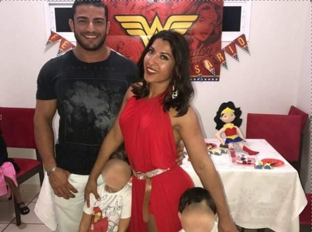 O personal João Reis e a ex-BBB Priscila Pires com os meninos durante festa de aniversário em Campo Grande.
