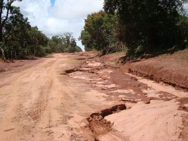 Erosão atingia até mesmo as estradas vicinais nessa região de Campo Grande. Áreas como essa também foram recuperadas (Foto: divulgação)