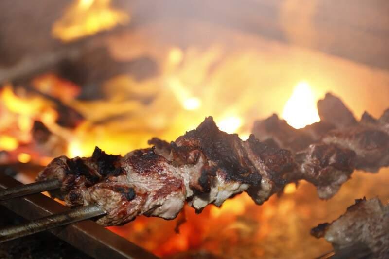 Espetinho de carne é o carro-chefe do negócio da família. (Foto: Gerson Walber)