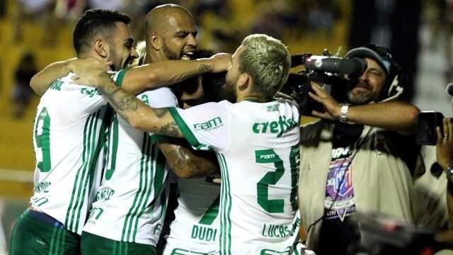 Jogadores do Palmeiras comemorando vitória por 3 a 0 (Foto: Fernando Calzzani/ Estadão Conteúdo)