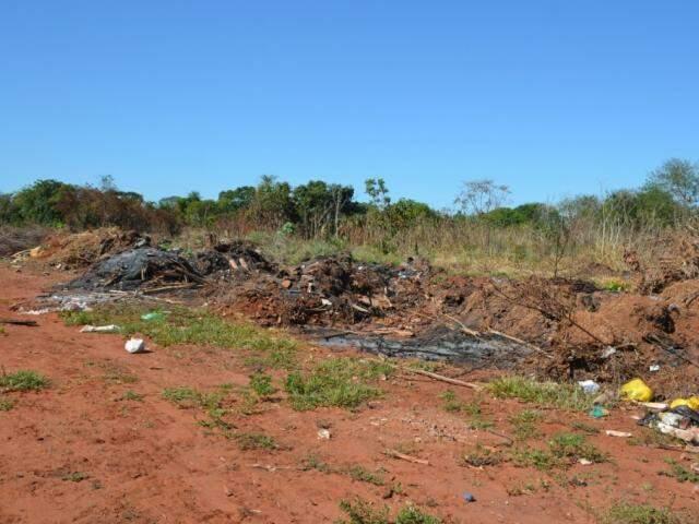Área de antigo lixão continua a ser usada para depósito ilegal de detritos. (Foto: O Pantaneiro)