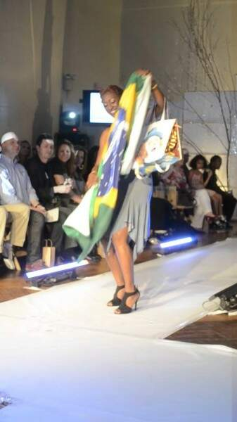 """Modelo que entrou com a """"bolsa piscina"""" abriu a toalha que tinha a bandeira do Brasil. (Foto: Divulgação)"""