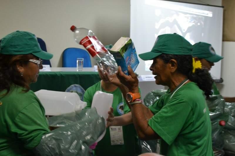 Catadoras abrem o encontro cantando e mostrando como é o dia-dia de trabalho nas Cooperativas. (Foto: Viviane Oliveira)