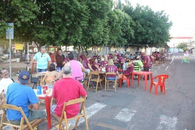 Famílias aproveitam o início do bloco neste domingo (3) (Foto: Izabela Sanchez