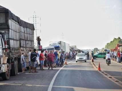 PRF notifica caminhoneiros para retirada de veículos de acostamentos