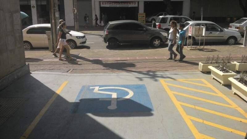 O carro ficou no local por aproximadamente três horas. (Foto:Repórter News)