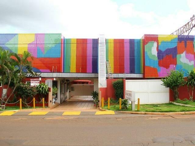 Colorido tomou conta do cinza da fachada do motel Seq Sabe, na Euler de Azevedo.(Foto: Marcos Ermínio)