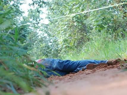 Homem encontrada morto em estrada pode ter sido atropelado após ser espancado