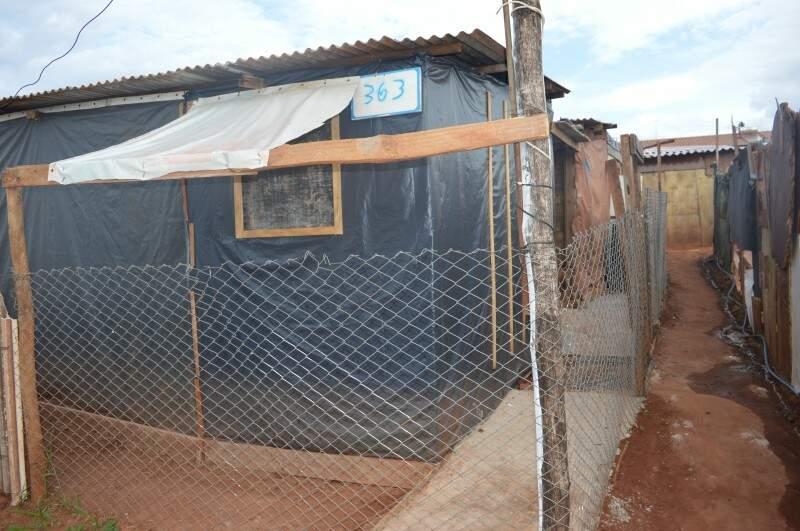 O barraco 363 tem até calçada e cercamento próprio, mas os moradores não estavam no local. (Foto: Adriano Fernandes)