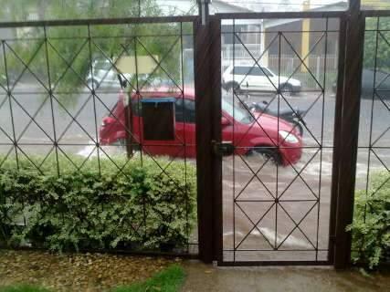 Enxurrada invade guichês na rodoviária e arrasta veículo na Gury Marques
