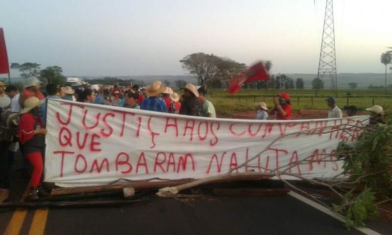 Integrantes do movimento sem-terra fecharam três pontos de rodovias do Estado. (Foto: Direto das Ruas)