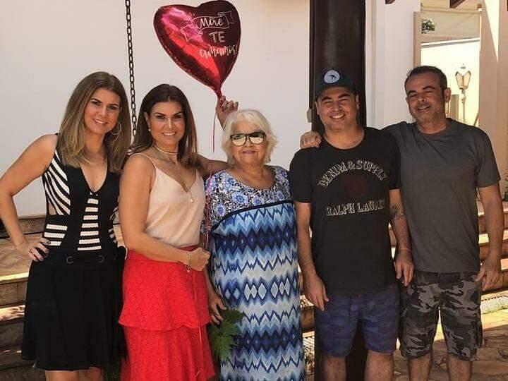 Irléia (meio) ao lado dos filhos Juliana, Patrícia, Fernando e Luiz no aniversário de 69 anos. (Foto: Arquivo Pessoal)