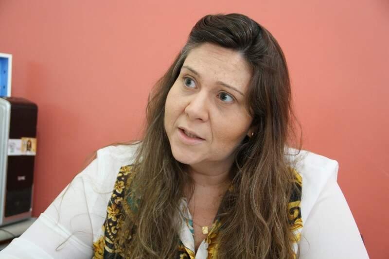 Juliana trabalha desde 2005 no ramo e explica como funciona o tratamento. (Foto: Marcos Ermínio)