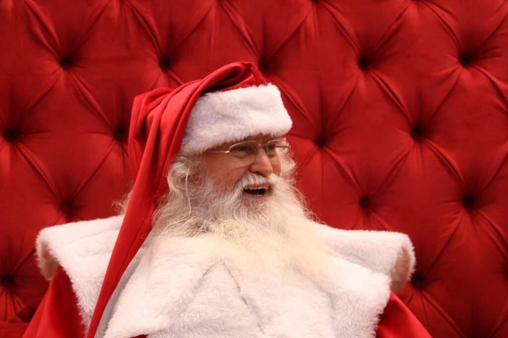 Roberto é o mais antigo, trabalha há 13 anos como Papai Noel no shopping Campo Grande. (Foto: Kísie Ainoã)
