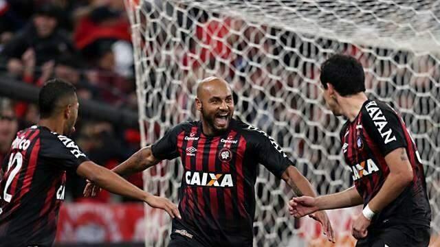 Jonathan ao centro comemorando seu gol da partida. (Foto: Foto: Albari Rosa/ Gazeta do Povo/GE)