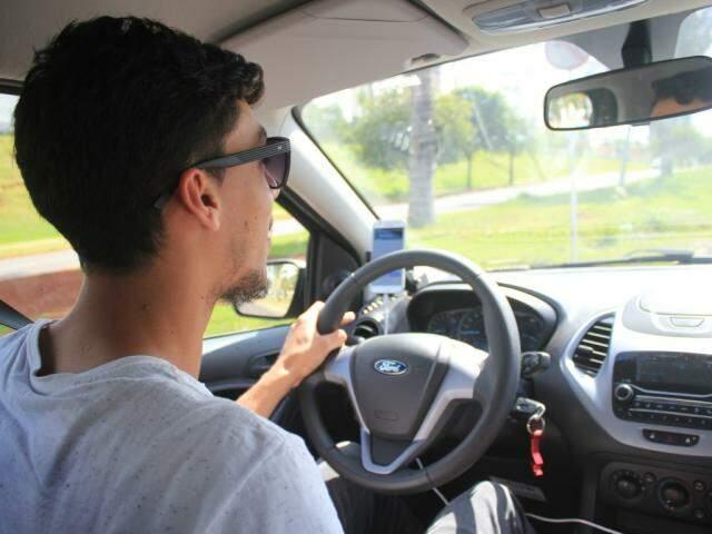 Alan Cristian é motorista de aplicativo e diz que tenta conversar com os passageiros, mas entende quando não é o momento (Foto: Marina Pacheco)