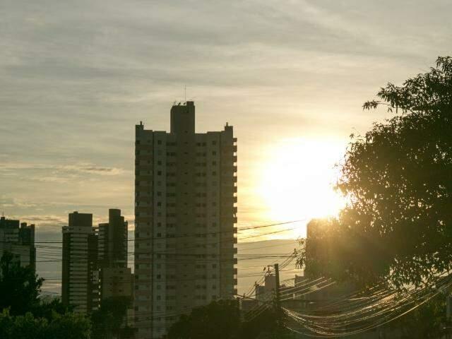 Terça-feira terá temperatura máxima de 33°C em Campo Grande. (Foto: Henrique Kawaminami)