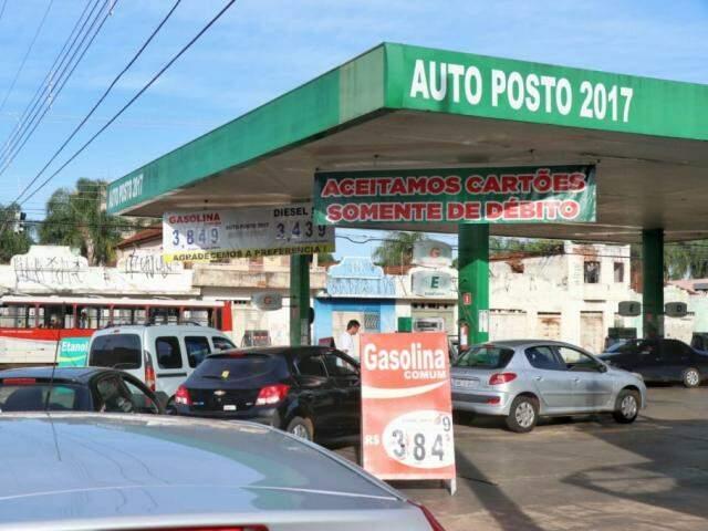 Valor do litro da gasolina sofreu nova redução em Campo Grande (Foto: Henrique Kawaminami/Arquivo)