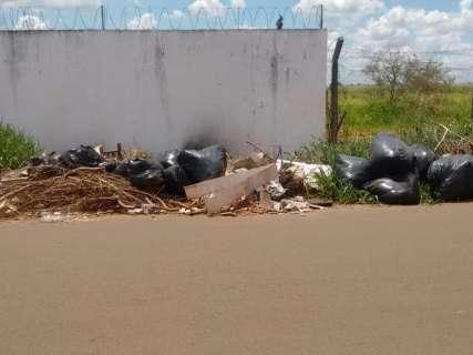 """Falta de respeito"", desabafa morador sobre descarte de lixo em área militar"
