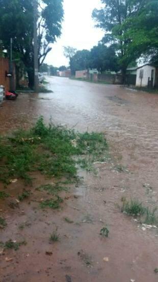 No Jardim Centro-Oeste, Rua Araquara também foi alagada. (Foto: Joyce Gonçalves)