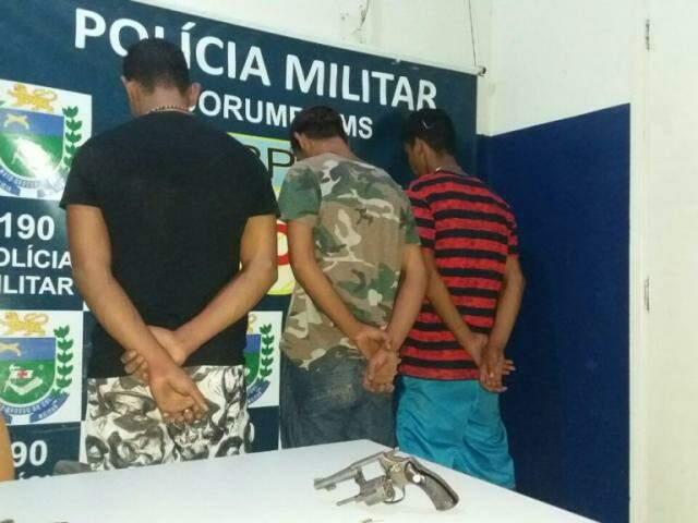 Suspeitos do crime na delegacia da cidade. (Foto: DivulgaçãoPMMS)