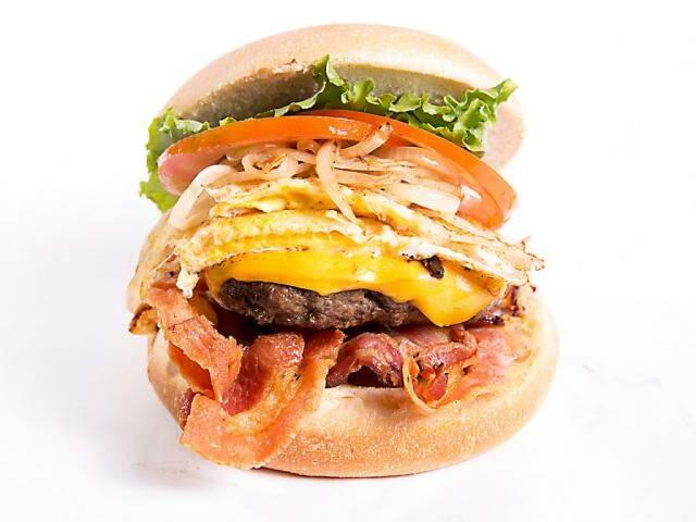 Mais um hambúrguer que é sucesso na lancheria, o Ponta de Peito, com muito bacon.