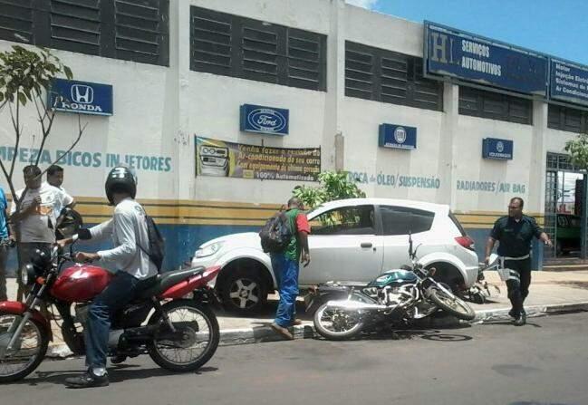 O carro ficou sobre duas motos e derrubou outras duas (Foto: Direto das Ruas)