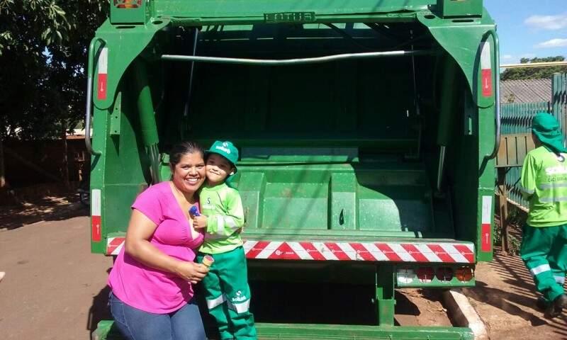 O menino e a mãe.posando no caminhão dos amigos.