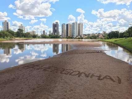 """Areia no lago do Parque das Nações Indígenas vira protesto """"#Vergonha"""""""