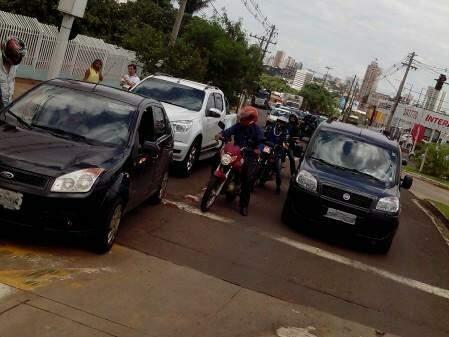 O Fiesta era conduzido por uma mulher e a camionete um rapaz. Ambos estavam bem.(Foto:Direto das Ruas)