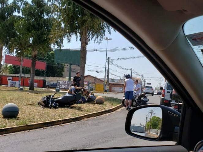 Antes da chegada dos bombeiros, outros motoristas pararam pararam para socorrer a vítima (Foto: Direto das Ruas)