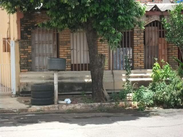 Leitor se incomoda com pneus velhos sob calçada de vizinho.