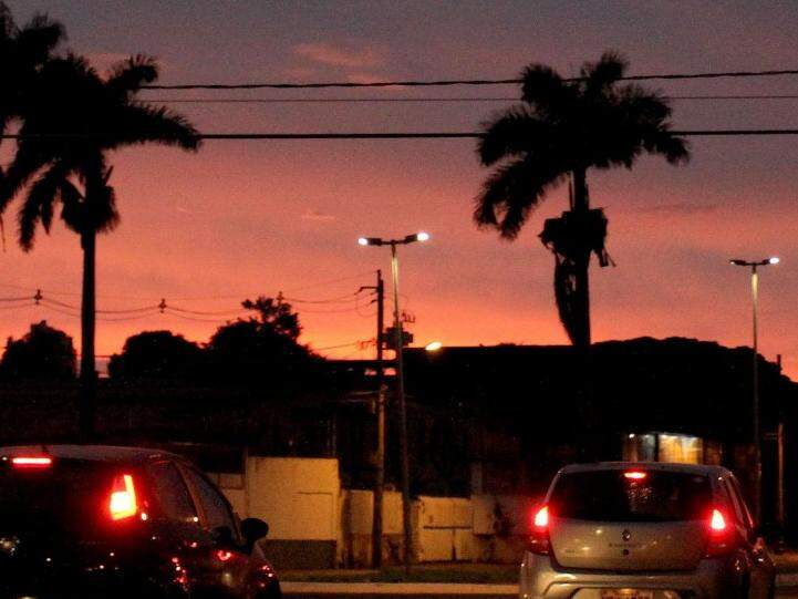 O dia amanhecendo na Capital sul-mato-grossense com céu escuro (Foto: Saul Schramm)