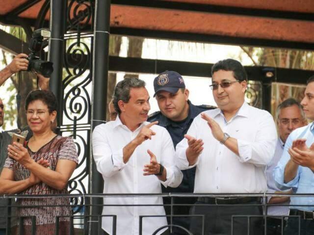 Prefeito Marquinhos Trad e secretário Valério Azambuja durante lançamento (Foto: Marcos Maluf)
