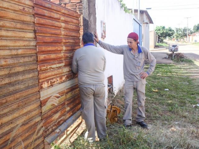 Agentes de saúde observam terreno em Campo Grande (Foto: Paulo Francis/Arquivo)