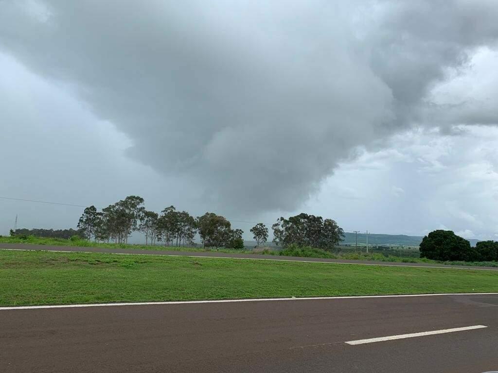 No último dia 17, chuva atingiu algumas cidades da região norte de Mato Grosso do Sul, antecipando a previsão de temporais. (Foto: Lucimar Couto/Arquivo/Campo Grande News)