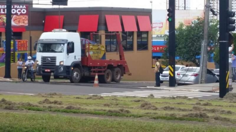Fios foram derrubados por caminhão na  avenida Afonso Pena. (Foto: Direto das Ruas)