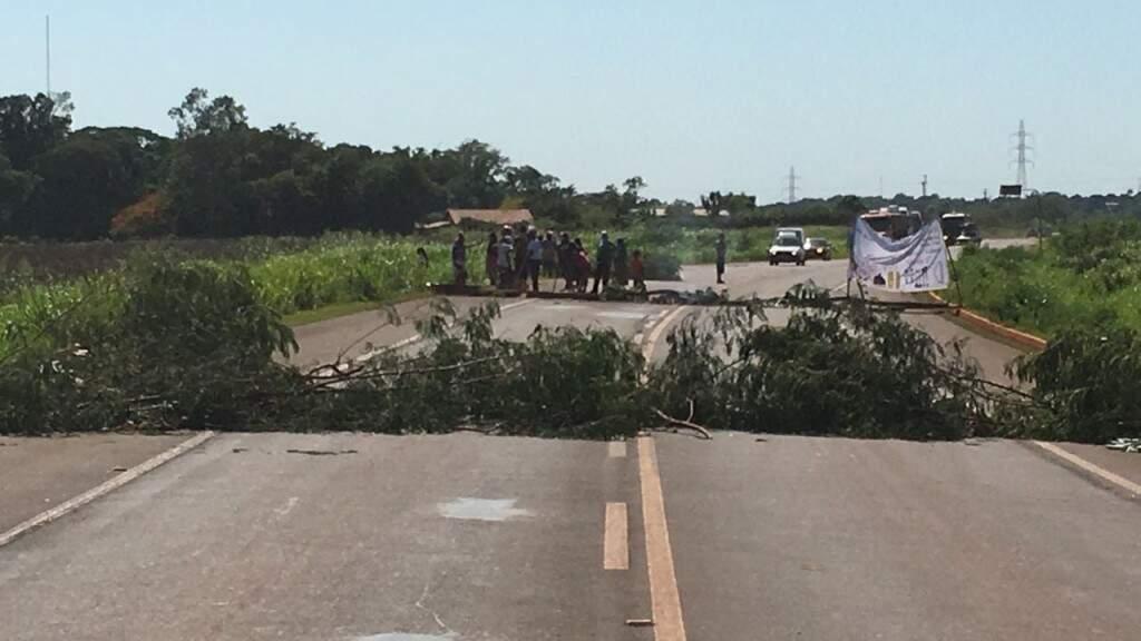 Trecho de rodovia bloqueada por indígenas (Divulgação)