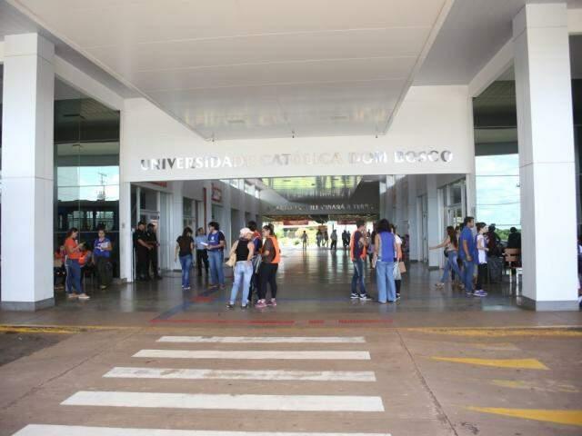 Alunos na entrada da UCDB em dia de provas do Enem, exame que é pré-requisito para o Prouni. (Foto: Paulo Francis)