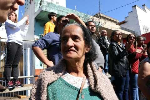 No desfile mais frio em 4 anos, público procura lugar ao sol na 13 de Maio