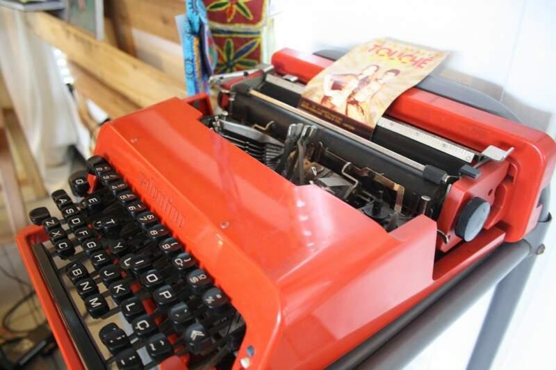Máquina de escrever também virou item de decoração.