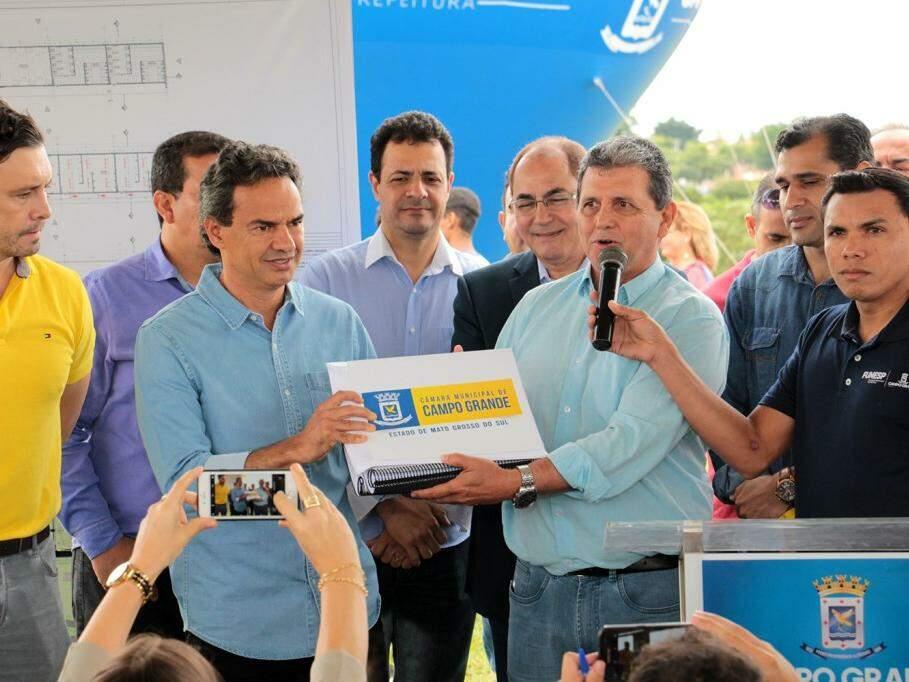 João Rocha (à direita) entre Plano Diretor aprovado ao prefeito Marquinhos Trad. (Foto: Izaias Medeiros/Câmara Municipal).